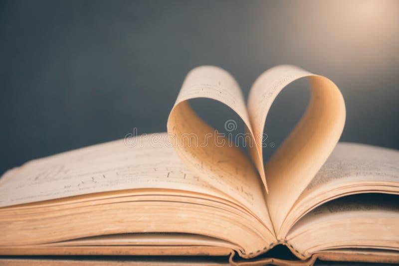 Ανοιγμένο βιβλίο με διαμορφωμένη την καρδιά σελίδα στοκ εικόνα με δικαίωμα ελεύθερης χρήσης