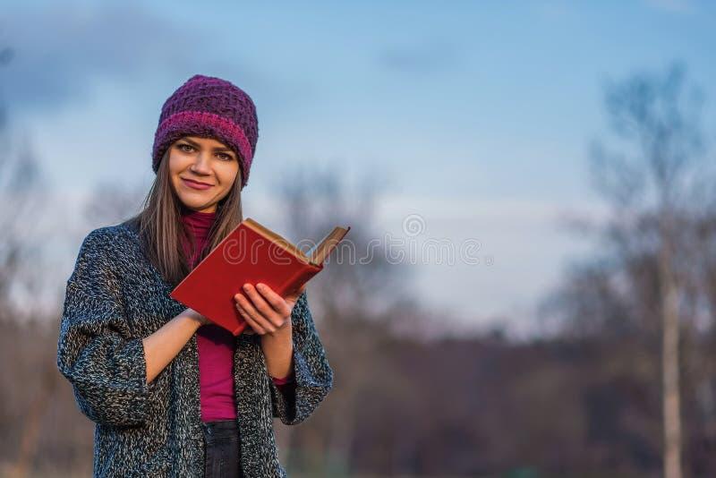Ανοιγμένο βιβλίο με την κόκκινη κάλυψη στοκ εικόνες με δικαίωμα ελεύθερης χρήσης