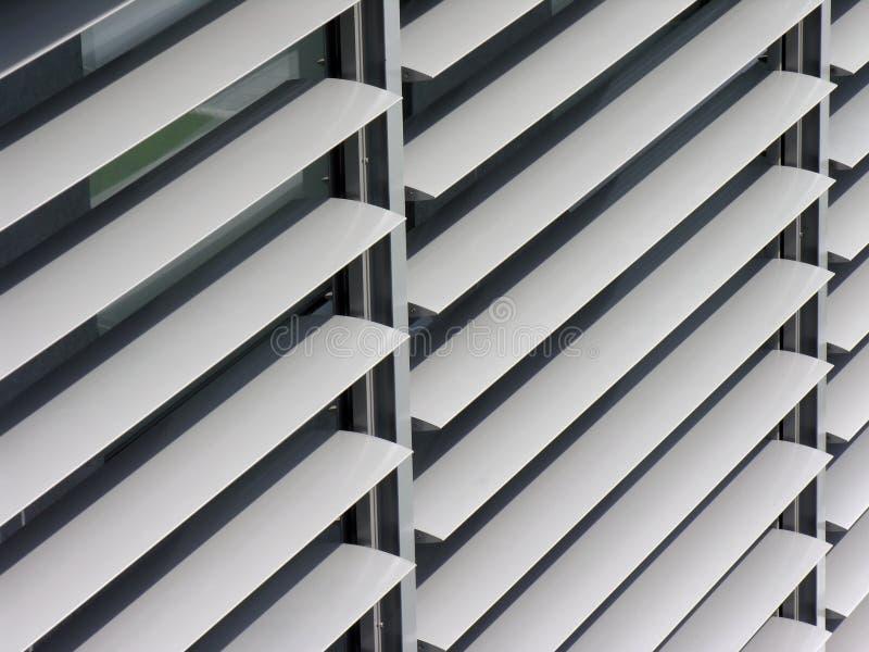 Ανοιγμένο μεταλλικό παραθυρόφυλλο παραθύρων στο κτίριο γραφείων στοκ φωτογραφίες