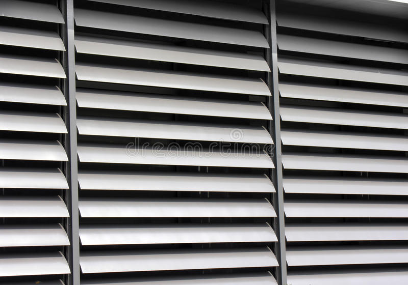 Ανοιγμένο μεταλλικό παραθυρόφυλλο παραθύρων στο κτίριο γραφείων στοκ εικόνες
