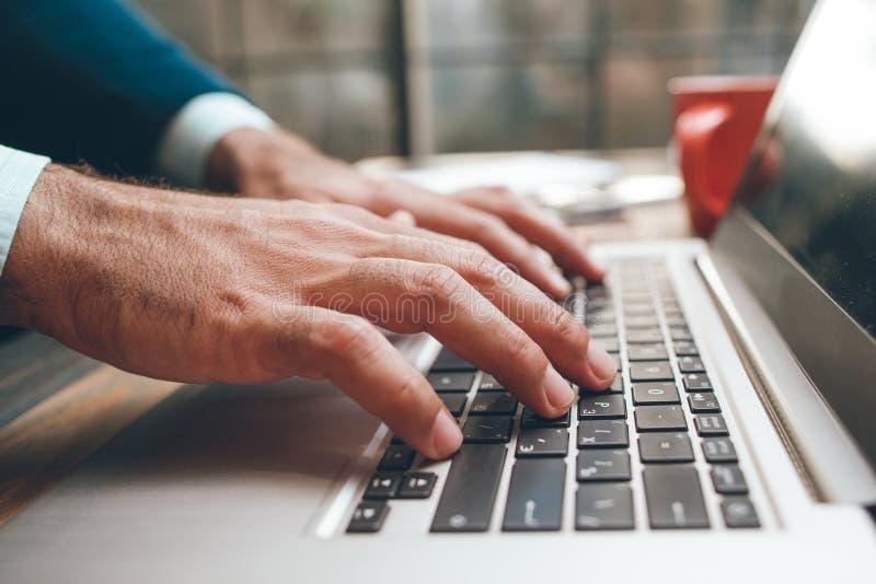 Ανοιγμένο lap-top και αρσενική δακτυλογράφηση χεριών στοκ εικόνες με δικαίωμα ελεύθερης χρήσης