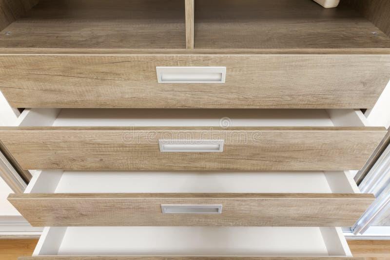 Ανοικτά ξύλινα συρτάρια στο ντουλάπι στοκ εικόνα με δικαίωμα ελεύθερης χρήσης