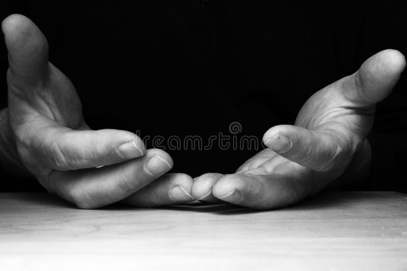 Ανοικτά χέρια στο μαύρο υπόβαθρο στοκ φωτογραφία με δικαίωμα ελεύθερης χρήσης