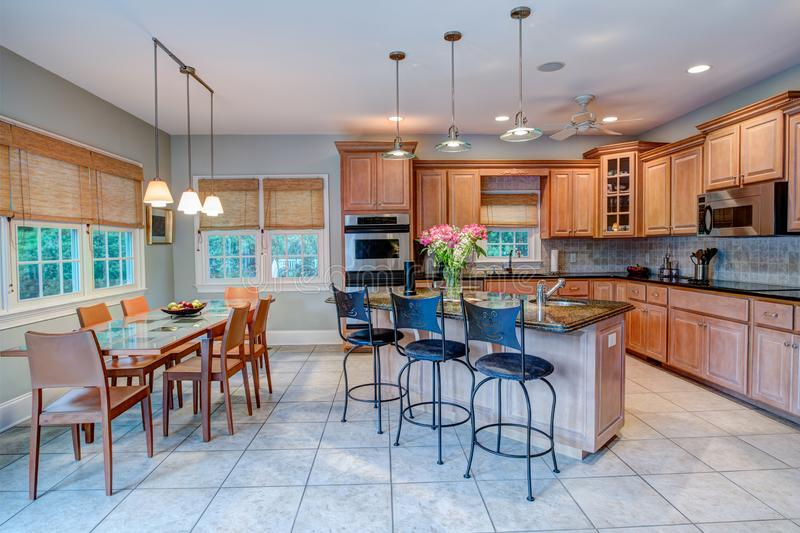 Ανοικτές κουζίνα και τραπεζαρία έννοιας με τα παράθυρα στοκ φωτογραφία με δικαίωμα ελεύθερης χρήσης
