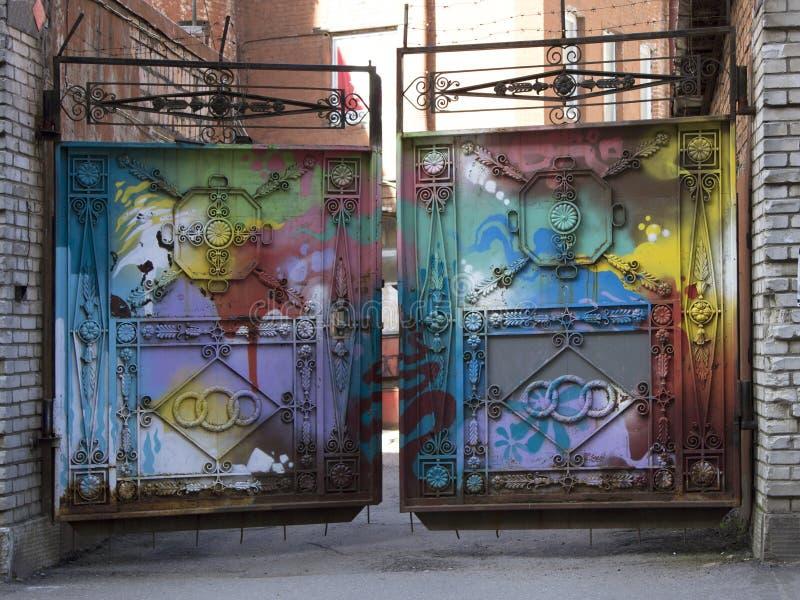 Ανοικτές χρωματισμένες σφυρηλατημένες πύλες μετάλλων στοκ φωτογραφίες
