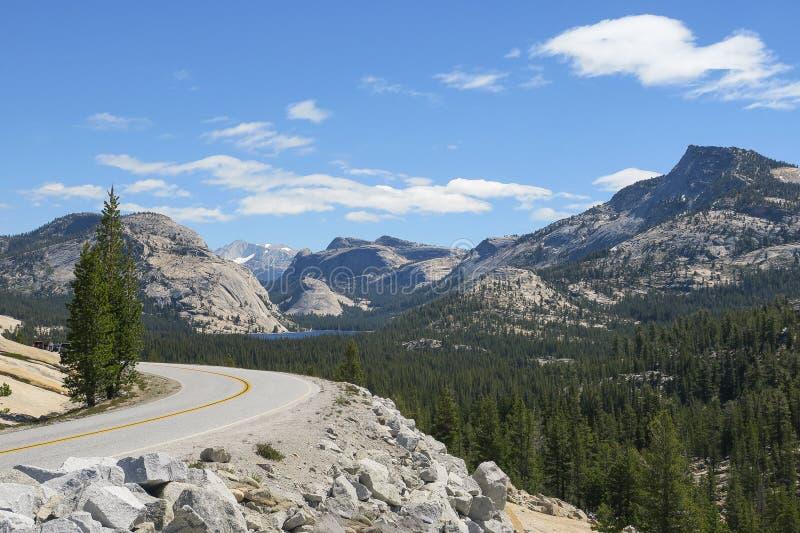 Ανοικτή λίμνη δρόμων και βουνών στοκ εικόνες