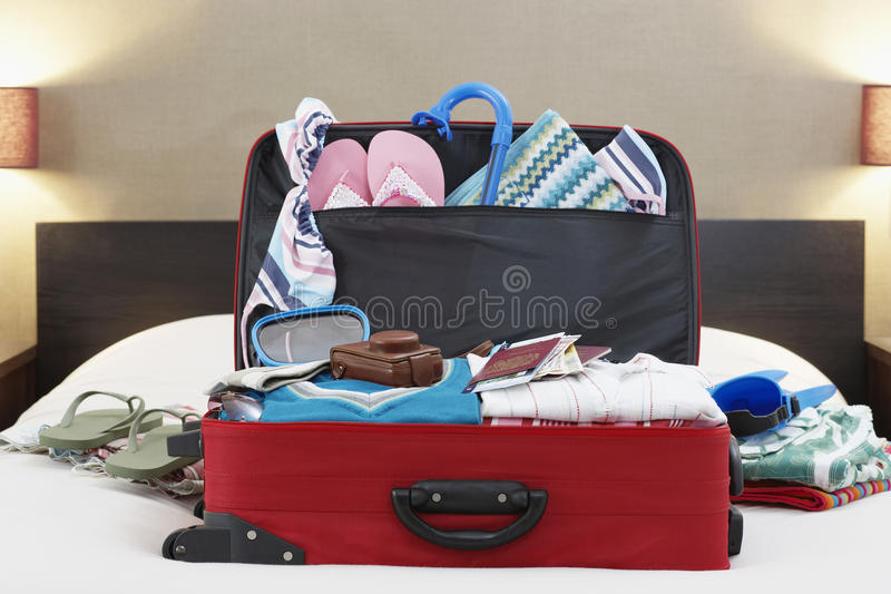 Ανοικτή βαλίτσα στο κρεβάτι στοκ φωτογραφίες