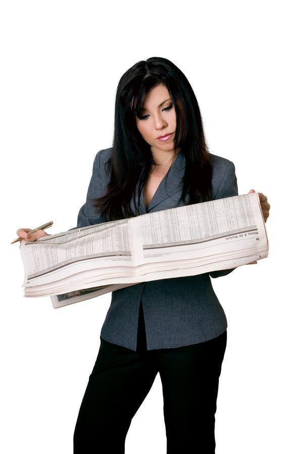 ανοικτή γυναίκα ανάγνωσης εφημερίδων στοκ φωτογραφία