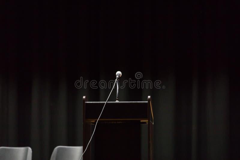 Ανοικτή εξέδρα έτοιμη για τον ομιλητή στοκ φωτογραφία