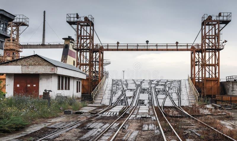Ανοικτή κεκλιμένη ράμπα σιδηροδρόμων για τα βιομηχανικά σκάφη RO/$L*RO στοκ εικόνα