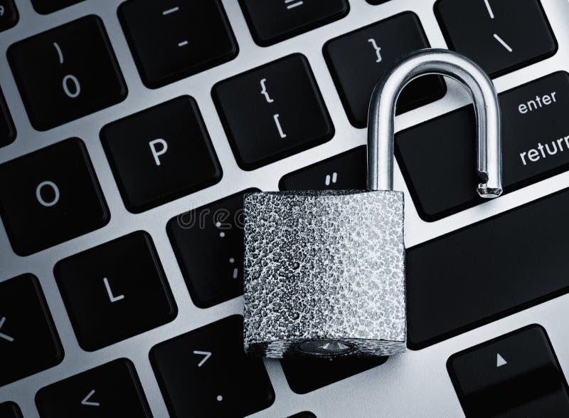 Ανοικτή κλειδαριά ασφάλειας στο πληκτρολόγιο υπολογιστών στοκ εικόνες με δικαίωμα ελεύθερης χρήσης