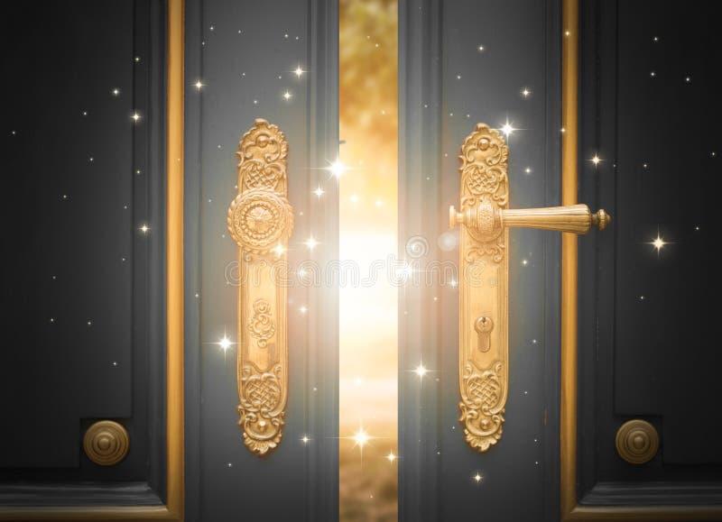 Ανοικτή μαγική πόρτα με να λάμψει το φως και τα σπινθηρίσματα στοκ εικόνες