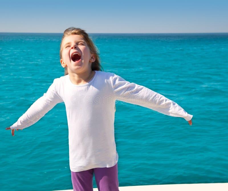 ανοικτή ναυσιπλοΐα κατσικιών κοριτσιών όπλων συγκινημένη βάρκα στοκ εικόνες