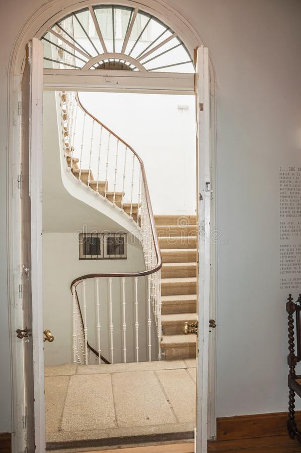 Ανοικτή ξύλινη πόρτα με τη σκάλα πετρών σε μια παλαιά οικοδόμηση Caceres στοκ εικόνα με δικαίωμα ελεύθερης χρήσης