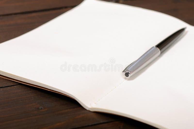 ανοικτή πέννα σημειωματάρι&om στοκ φωτογραφία με δικαίωμα ελεύθερης χρήσης