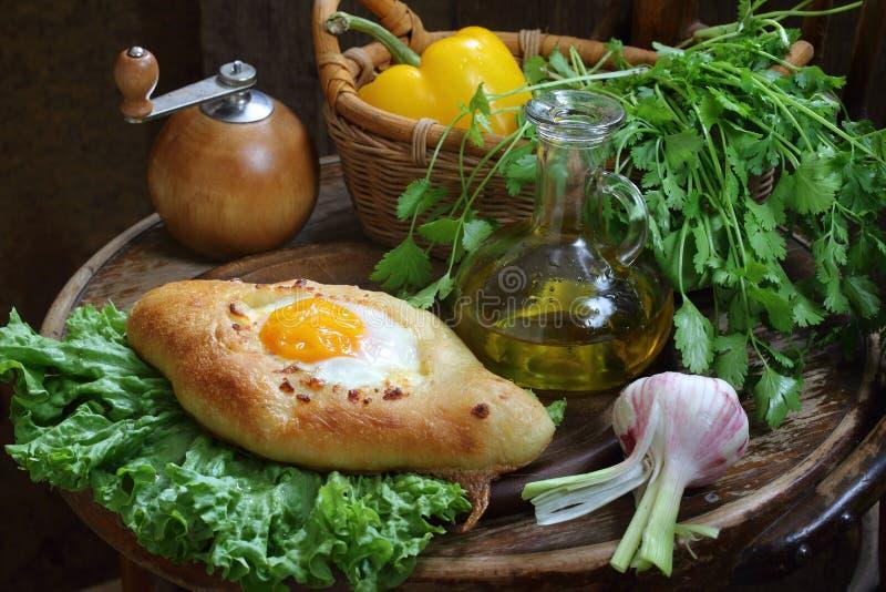 Ανοικτή πίτα με ένα αυγό που υποβάλλεται με τα πράσινα και το σκόρδο στοκ εικόνες με δικαίωμα ελεύθερης χρήσης