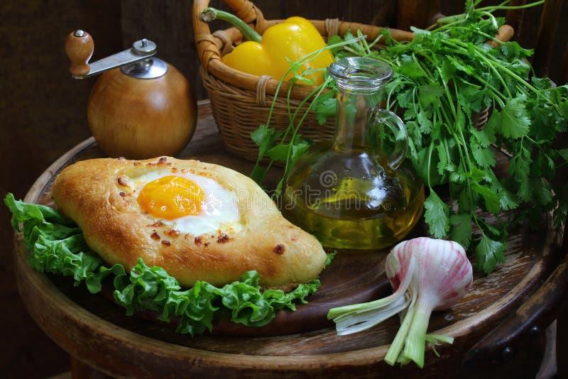 Ανοικτή πίτα με ένα αυγό, φρέσκα λαχανικά και τα πράσινα στοκ εικόνες με δικαίωμα ελεύθερης χρήσης