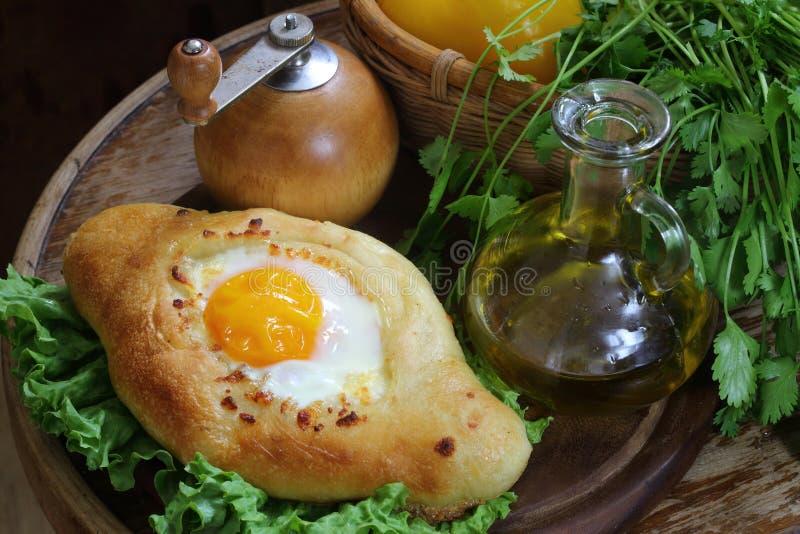 Ανοικτή πίτα με ένα αυγό, φρέσκα λαχανικά και τα πράσινα στοκ εικόνες