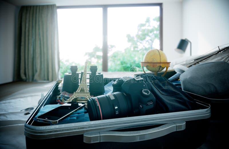 Ανοικτή περίπτωση ταξιδιού στο υπόβαθρο έννοιας διακοπών ταξιδιού κρεβατοκάμαρων ξενοδοχείων στοκ εικόνες με δικαίωμα ελεύθερης χρήσης