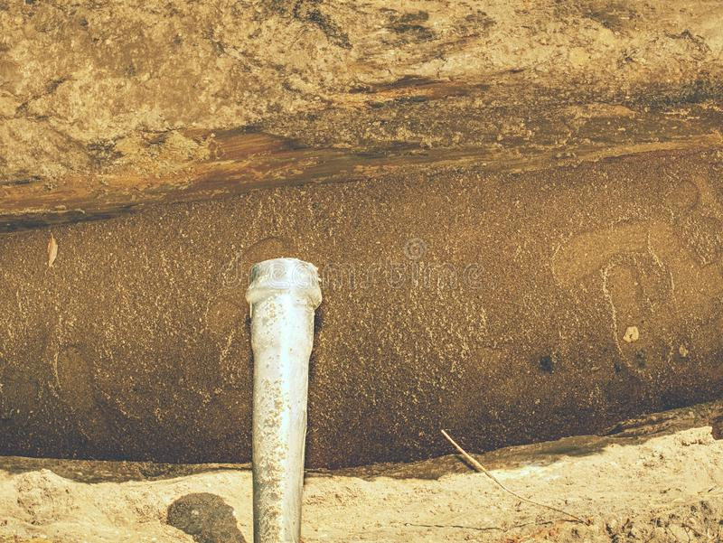 Ανοικτή τάφρος με τον υδροσωλήνα μικρών διαμέτρων και το σωρό του εδάφους στοκ εικόνες