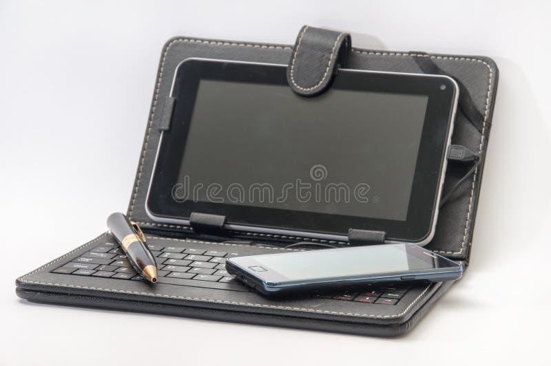 Ανοικτή ταμπλέτα με το πληκτρολόγιο και το αρρενωπό κινητό τηλέφωνο στοκ εικόνες