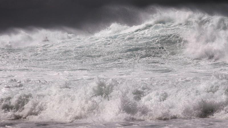 Ανοικτή ωκεάνια κυματωγή χειμερινής θύελλας σε γραπτό στοκ εικόνες με δικαίωμα ελεύθερης χρήσης