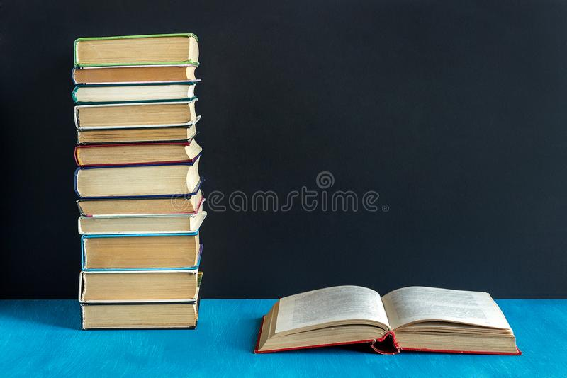 Ανοικτοί βιβλίο και σωρός των βιβλίων στοκ φωτογραφία με δικαίωμα ελεύθερης χρήσης