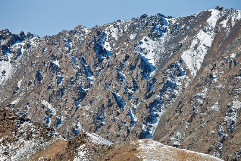 Ανοικτοί βράχοι από την πλευρά βουνών στη tian-Shan στοκ φωτογραφία με δικαίωμα ελεύθερης χρήσης