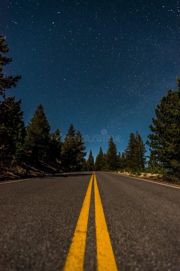 Ανοικτός έναστρος ουρανός πέρα από φωτεινό Lassen στοκ εικόνα