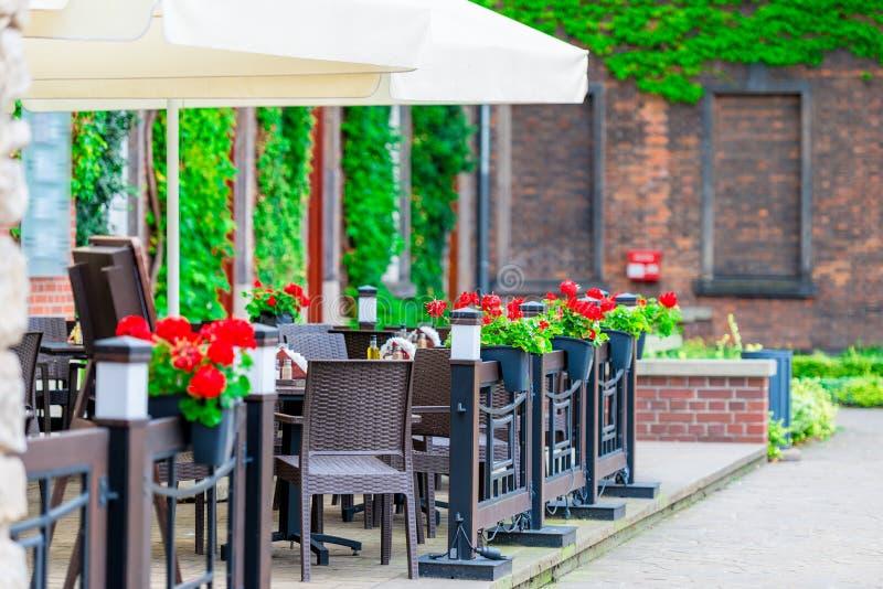 Ανοικτός καφές οδών με τα λουλούδια στοκ φωτογραφία με δικαίωμα ελεύθερης χρήσης