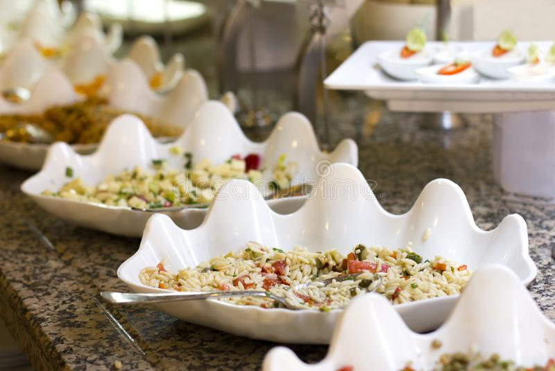 Ανοικτός μπουφές στο ξενοδοχείο Σαλάτα και ορεκτικά ρυζιού στο άσπρο τόξο στοκ εικόνα