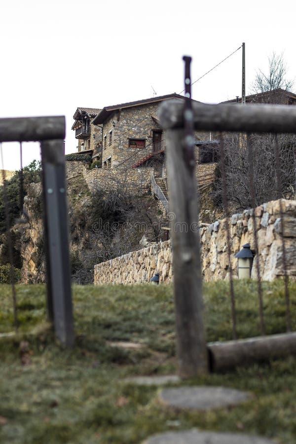 Ανοικτός ξύλινος φράκτης σε μια αγροικία βράχου πετρών στοκ φωτογραφία με δικαίωμα ελεύθερης χρήσης
