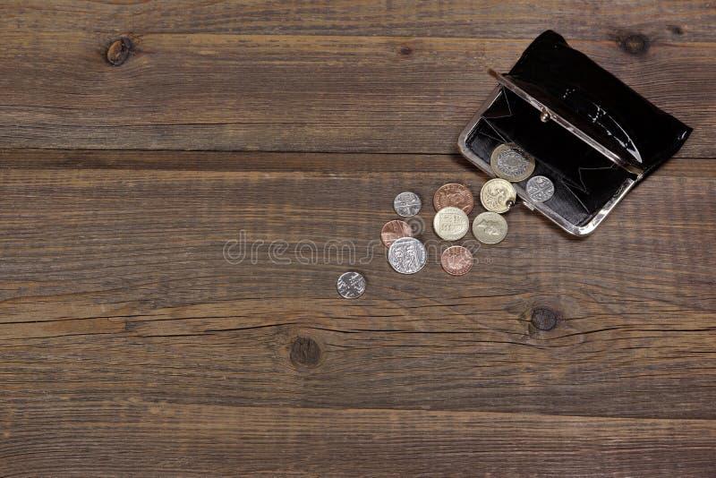 Ανοικτό αρσενικό μαύρο πορτοφόλι δέρματος με τα βρετανικά διαφορετικά νομίσματα στοκ εικόνα