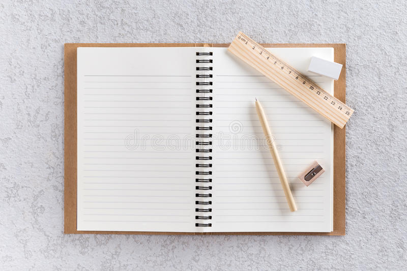 Ανοικτό βιβλίο σημειώσεων με τη μάνδρα, τον ξύλινους κυβερνήτη και τη ξύστρα για μολύβια στοκ φωτογραφία με δικαίωμα ελεύθερης χρήσης