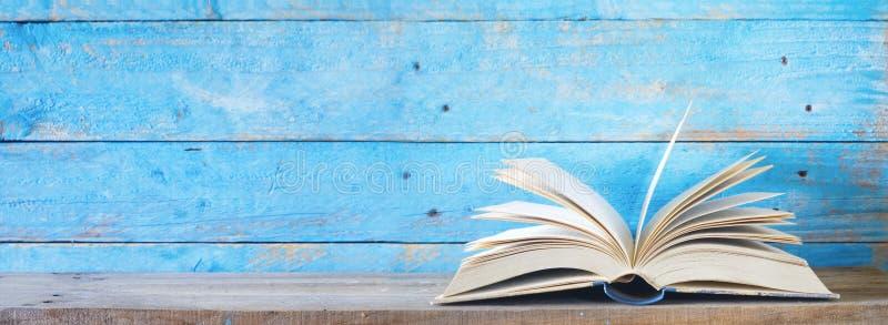 Ανοικτό βιβλίο στο μπλε βρώμικο υπόβαθρο στοκ εικόνες με δικαίωμα ελεύθερης χρήσης