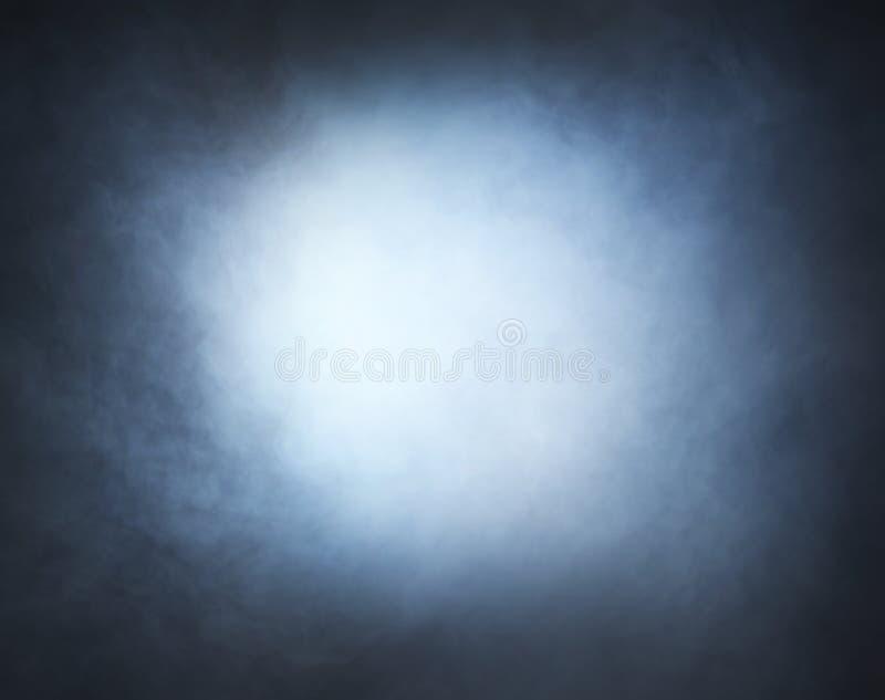 Ανοικτό γκρι καπνός σε ένα μαύρο υπόβαθρο στοκ εικόνα