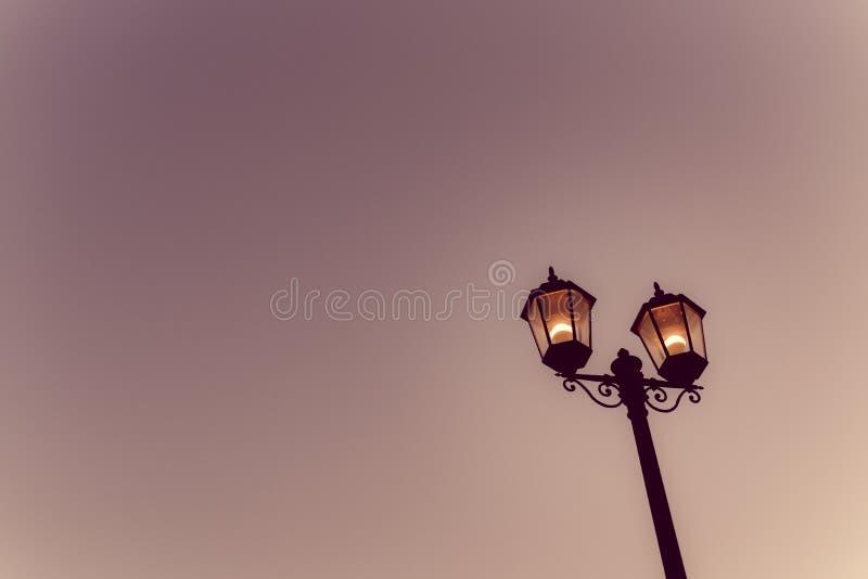 Ανοικτό ελαφρύ σκοτάδι νύχτας λαμπτήρων στοκ φωτογραφίες με δικαίωμα ελεύθερης χρήσης