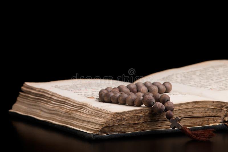 Ανοικτό ιερό βιβλίο για την προσευχή και ξύλινο rosary στοκ φωτογραφίες με δικαίωμα ελεύθερης χρήσης