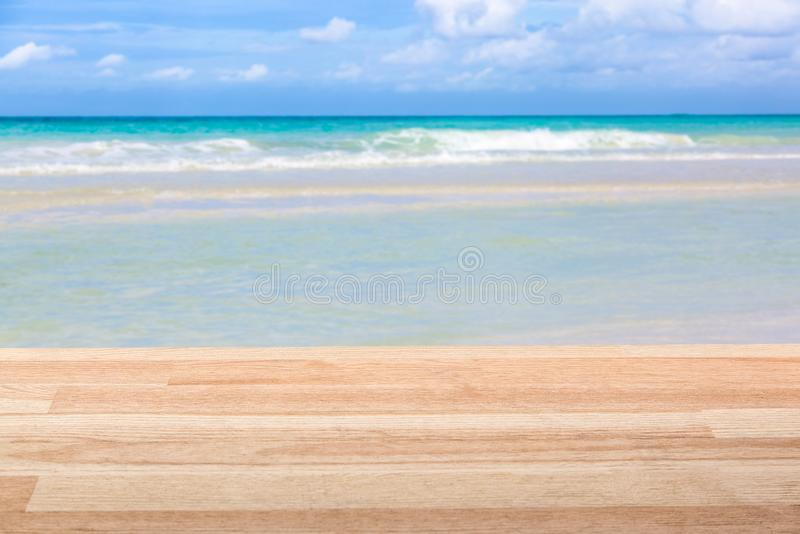 Ανοικτό καφέ ξύλινος πίνακας ενάντια στην καταπληκτική ωκεάνια άποψη Εικόνα προτύπων στοκ φωτογραφίες με δικαίωμα ελεύθερης χρήσης