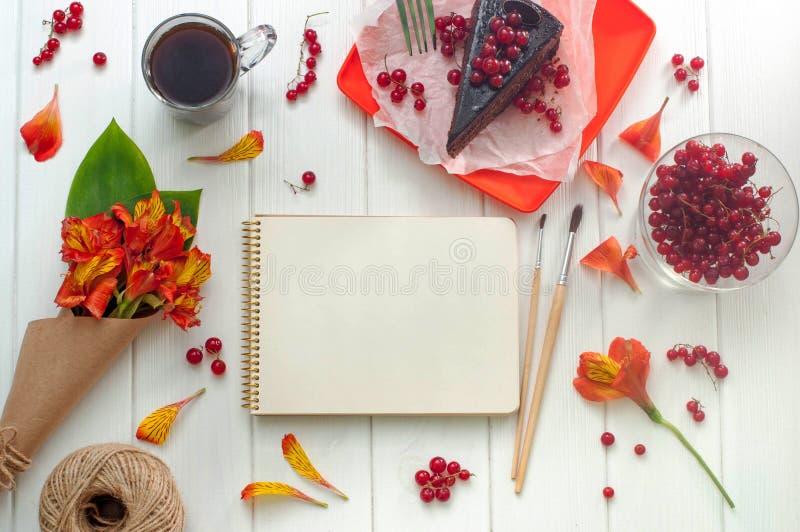 Ανοικτό κενό σημειωματάριο με το φλιτζάνι του καφέ στοκ εικόνες