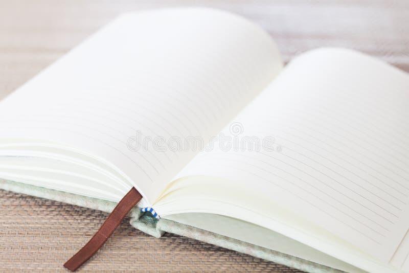 Ανοικτό κενό σημειωματάριο στον πίνακα στοκ φωτογραφίες με δικαίωμα ελεύθερης χρήσης