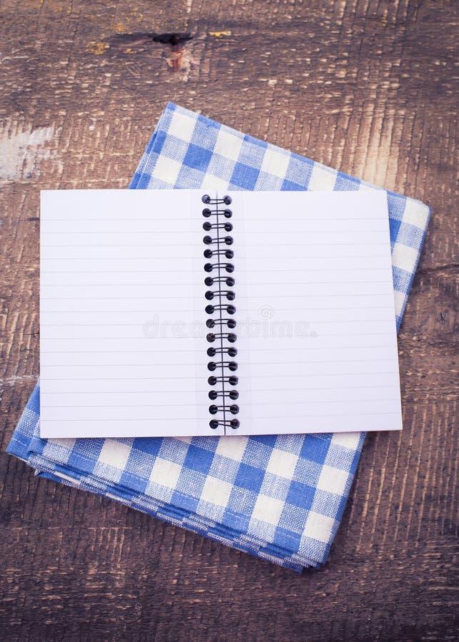 Ανοικτό κενό σημειωματάριο στο ξύλινο υπόβαθρο στοκ εικόνες