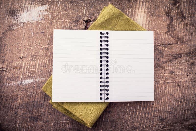 Ανοικτό κενό σημειωματάριο στο ξύλινο υπόβαθρο στοκ φωτογραφίες