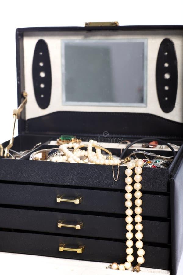 Ανοικτό κιβώτιο κοσμημάτων με τα μαργαριτάρια στοκ φωτογραφία με δικαίωμα ελεύθερης χρήσης