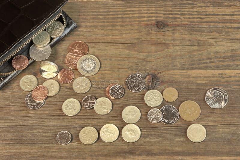 Ανοικτό μαύρο αρσενικό μαύρο πορτοφόλι δέρματος με το βρετανικό διαφορετικό νόμισμα στοκ εικόνες