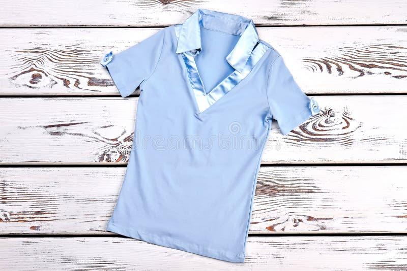 Ανοικτό μπλε θερινή μπλούζα κοριτσιών στοκ εικόνα