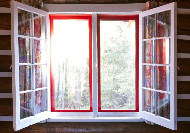 Ανοικτό παράθυρο στο εξοχικό σπίτι στοκ φωτογραφίες με δικαίωμα ελεύθερης χρήσης