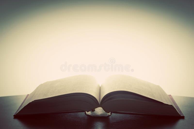 Ανοικτό παλαιό βιβλίο, φως άνωθεν Φαντασία, εκπαίδευση στοκ φωτογραφία με δικαίωμα ελεύθερης χρήσης