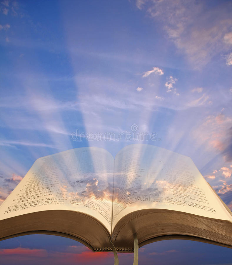 Ανοικτό πνευματικό φως Βίβλων στοκ φωτογραφίες