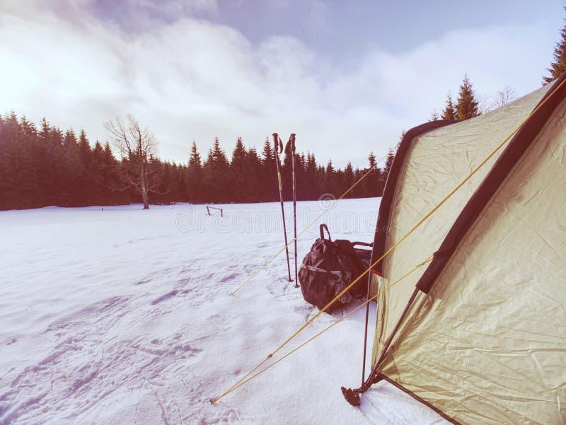 Ανοικτό πράσινο σκηνή στις ακραίες χειμερινές συνθήκες Τοπίο που καλύπτεται με το χιόνι υψηλό στα βουνά στοκ εικόνα